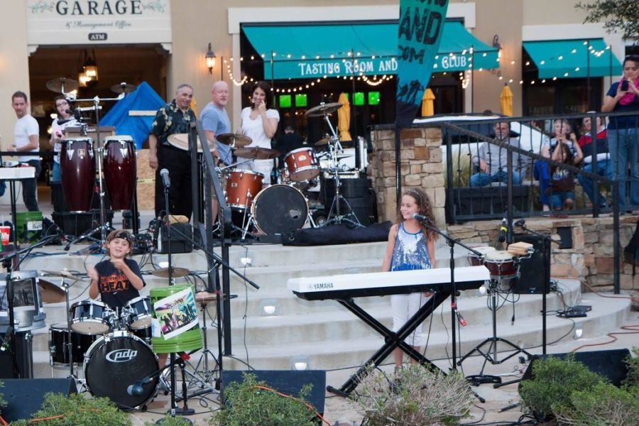 The+Sunni+and+Buddy+Band++on+the+main+lawn+at+Watter%27s+Creek.