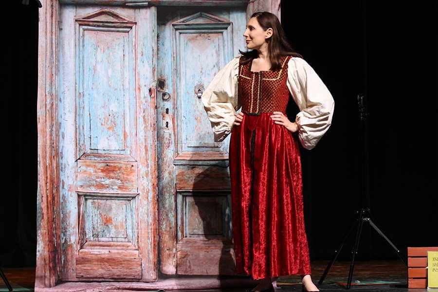 Julie+Osborne+performs+a+scene+written+by+Shakespeare.