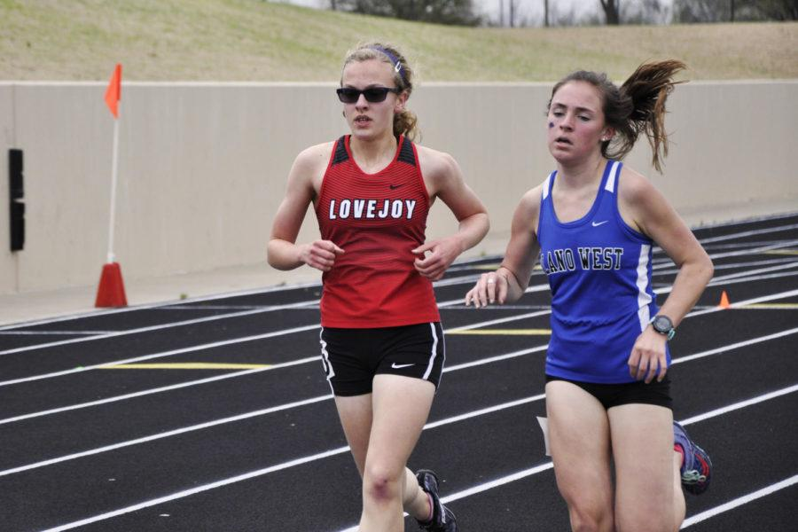 Freshman+Amelia+Carothers+pushes+her+pace+during+the+3200+meter+race.