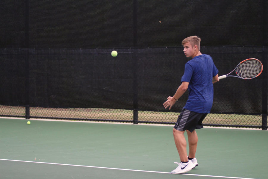 Sophomore+Tyrell+Crosby+switches+to+his+forehand.