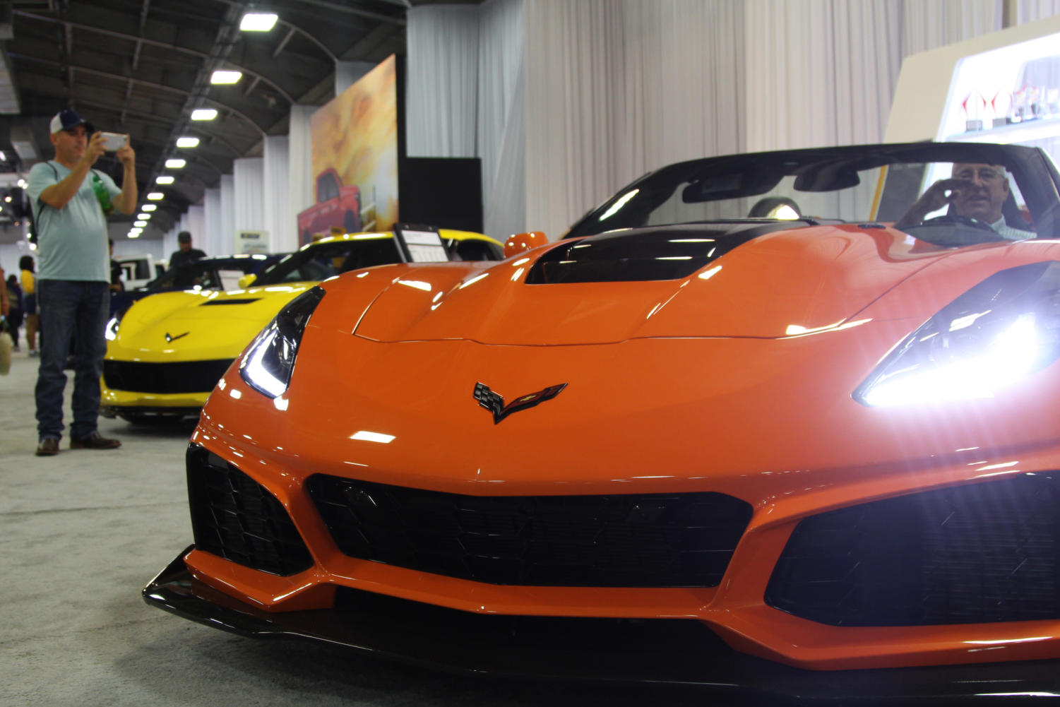 The+2019+Corvette+ZR1+features+magnetic+selective+ride+control+and+a+carbon-fiber+halo+hood.+