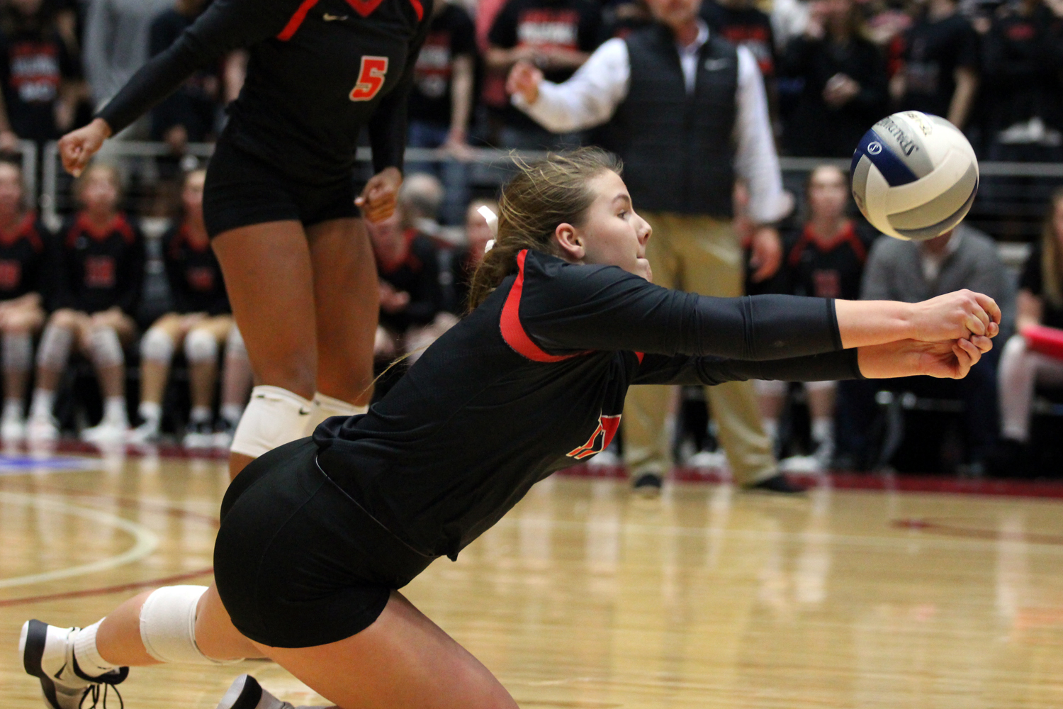 Sophomore+Grace+McLaughlin+dives+to+defend+a+hit+from+Kingwood+Park%27s+outside+hitter.
