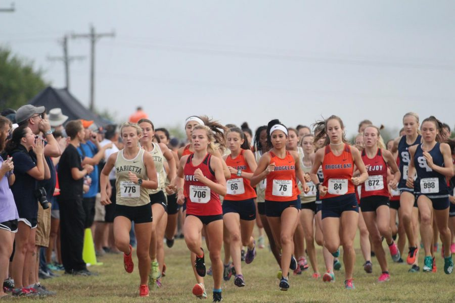 Freshman+Amy+Morefield+leads+the+pack+of+Elite+Varsity+Girls+at+the+beginning+of+the+race.+Morefield+would+go+on+to+win+her+race.