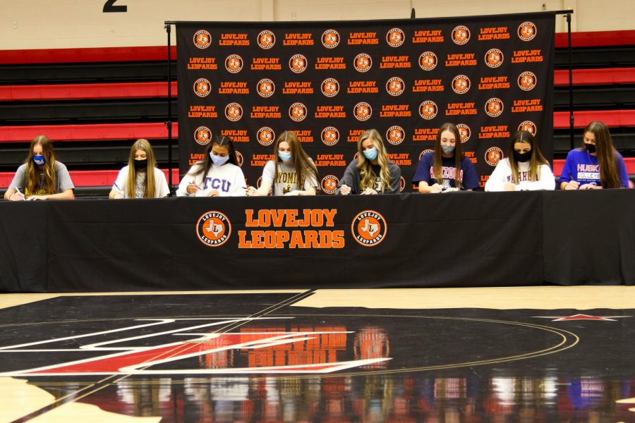 The+eight+seniors+sign+together+for+their+intent+to+play+at+a+collegiate+level.+Along+with+the+six+volleyball+players%2C+there+was+a+golf+and+lacrosse+player+to+sign.+