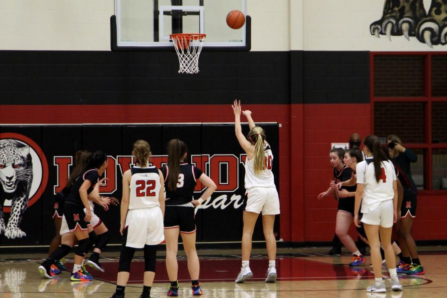 Sophomore+Linnea+Maddox+shoots+a+free+throw.+The+shot+was+attempted+in+the+first+half.