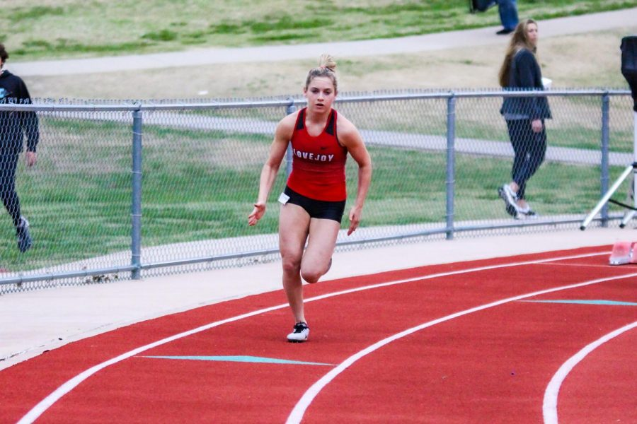 Sophomore Bella Landrum begins her 400-meter race. Landrum hit a personal record with a time of 1.00.91 minutes.