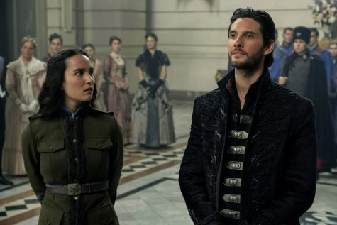 SHADOW AND BONE (L to R) JESSIE MEI LI as ALINA STARKOV and BEN BARNES as THE DARKLING / GENERAL KIRIGAN in SHADOW AND BONE Cr. DAVID APPLEBY/NETFLIX © 2021